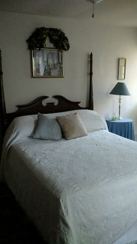 Third floor queen bedroom w/bath - Edgewater Park - Hus