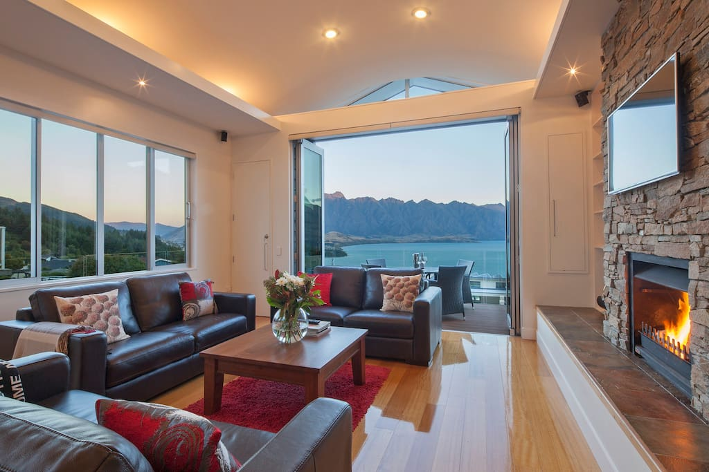Open plan living with fantastic lake and mountain views
