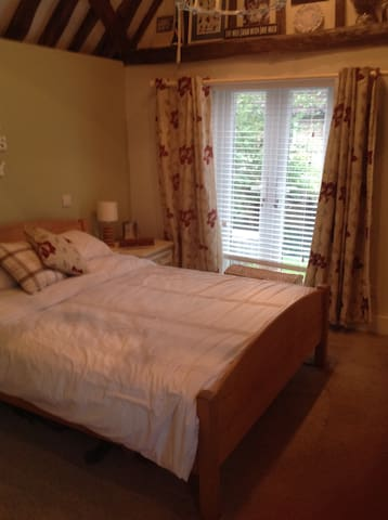 Double bedroom with en-suite - Ware - House