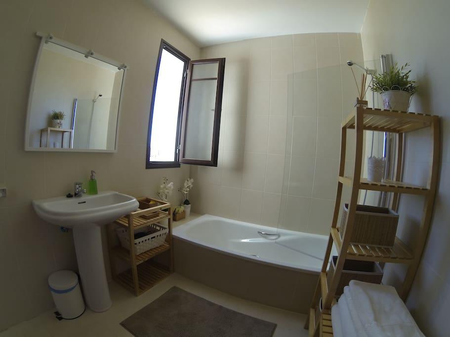 Baño con bañera,muy espacioso