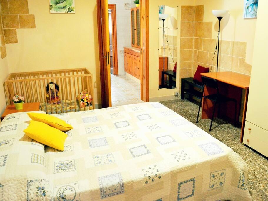 La camera da letto con culla