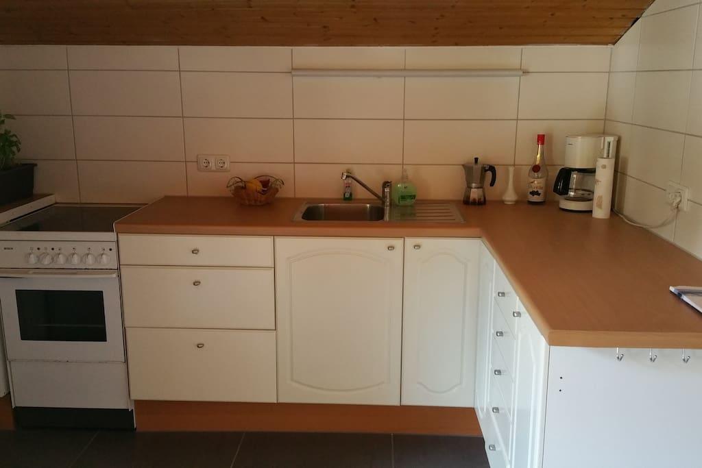 Küche mit Kühlschrank, Herd/Backofen, Kaffeemaschine, Maccinetta