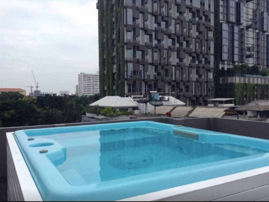 Rooftop jacuzzi open daily 24 hours/ 顶楼按摩浴池 24 小时可用。