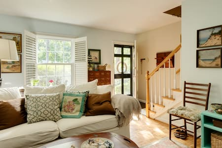 Cute bedroom in a cozy three bedroom townhouse in popular North Hills, Raleigh.  Great location, super close to 440, great restaurants, & shopping! The bedrooms are upstairs, with a shared bathroom. Seasonal access to a community pool too.