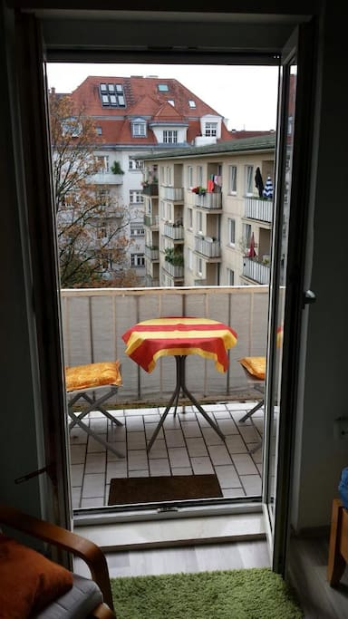 Direkter Balkonzugang aus dem Zimmer. Tischgarnitur bietet die Möglichkeit auf dem Balkon zu essen oder gemütlich zu rauchen.