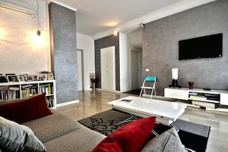 Lovely and bright apartment 760 ft² , 5 minutes far from St. Peter's Basilica and the Vatican. The house, recently renovated, has all the comfort, air conditioning and wi-fi is the ideal starting point for discovering the Eternal City