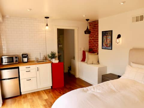 Suite with private garden in heart of Silver Lake