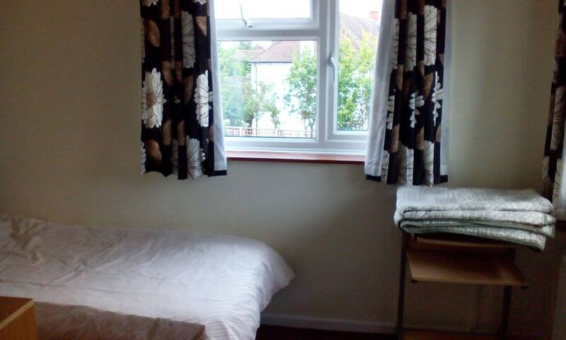 Clean & bright single rm. Nice view - Caxton - Talo