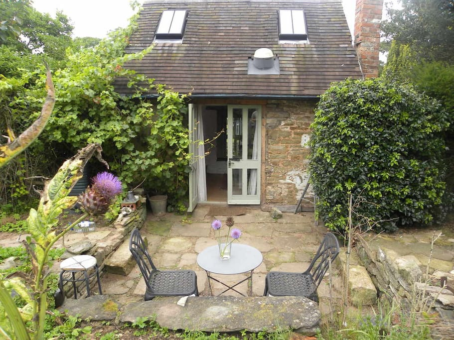 secluded garden at the old art studio ....in area of outstanding natural beauty  South facing private sun trap with cafe style al fresco relaxation