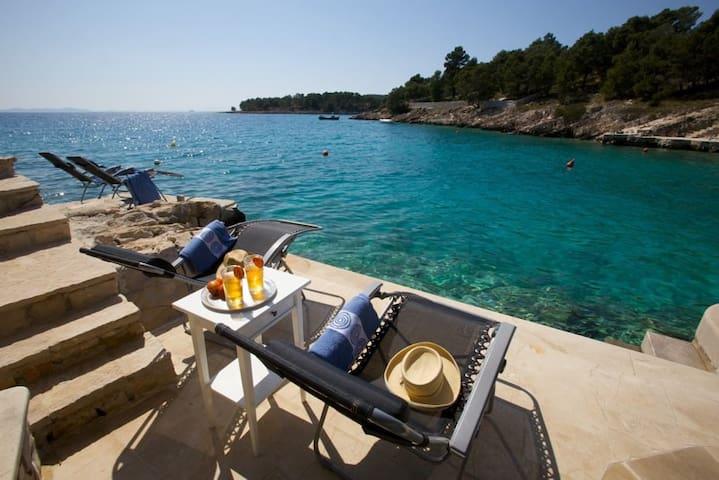 Seaside Villa with pool & mooring - Milna - Villa