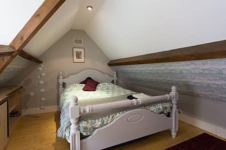 Charming grade 3 listed coachhouse - Sheffield