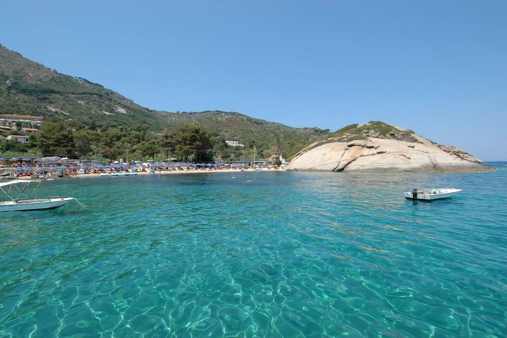 La spiaggia dell'Arenella con la Villa
