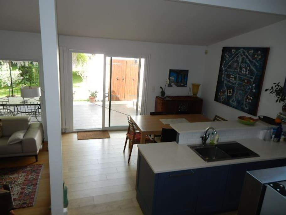 La cuisine US avec la salle à manger, et l'accès à la terrasse