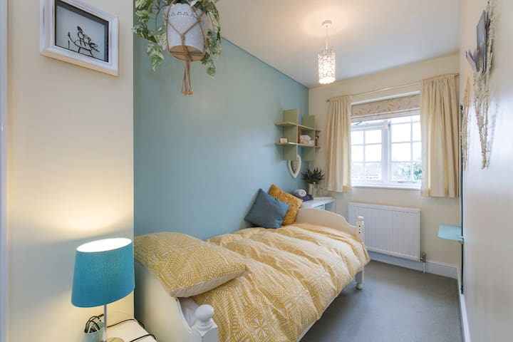 ★ Single room | Tranquil home with guest bathroom
