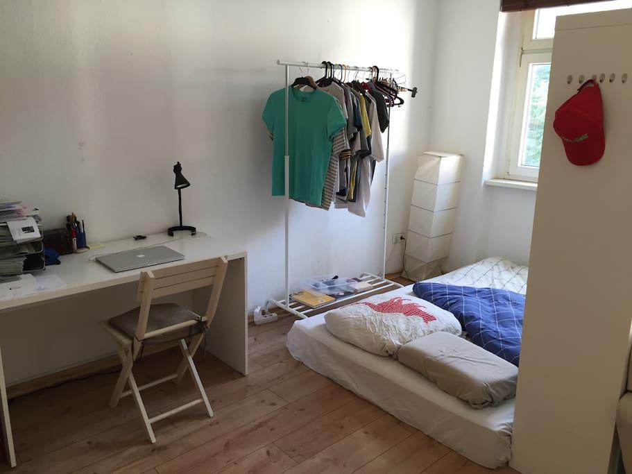 mittlerweile gibt es sogar ein Bett und eine neue Matratze
