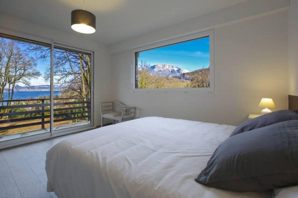 """Appartement """"château"""" pour 8 à 10 personnes : Grande chambre lit king size ( linge de lit fournis) avec vue lac et château . Point d'eau (évier miroir prise électrique )"""
