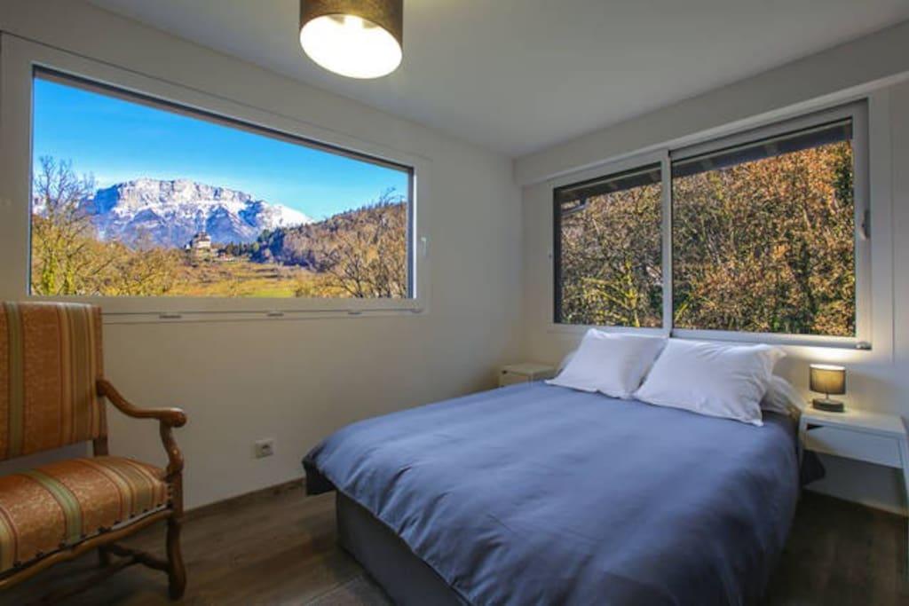 """Appartement """"château"""" pour 8 à 10 personnes: Grande chambre lit double ( linge de lit fournis) avec vue parc et château . Point d'eau (évier miroir prise électrique )"""