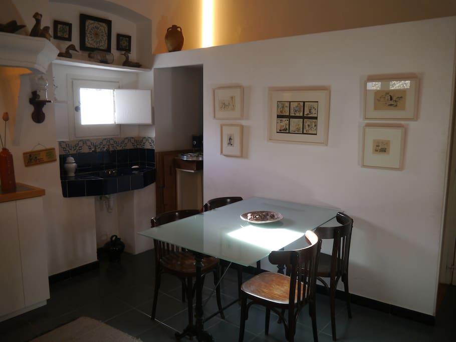 La cuisine qui se partage entre les deux chambres.