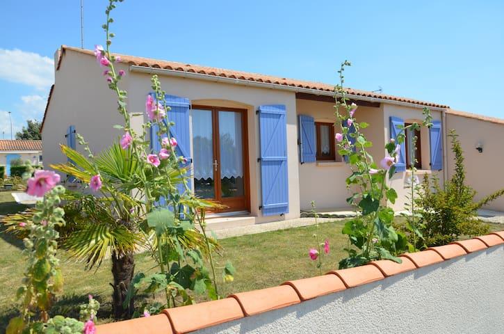 Maison vendéenne à 4 km de la mer - Landevieille - House