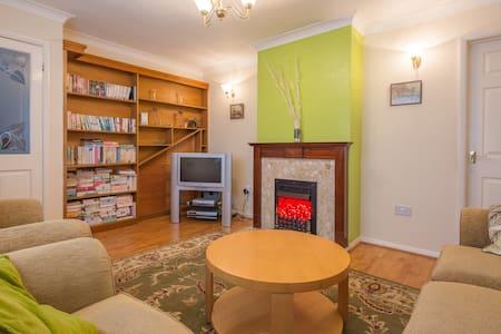 MODERN & 'COSY' 3 BEDROOM HOUSE - Bedford - 独立屋