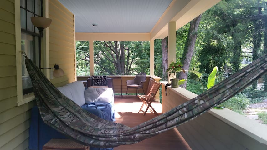 Walk dwntwn, sleeps 8, great sleeping, pets ok :) - Asheville