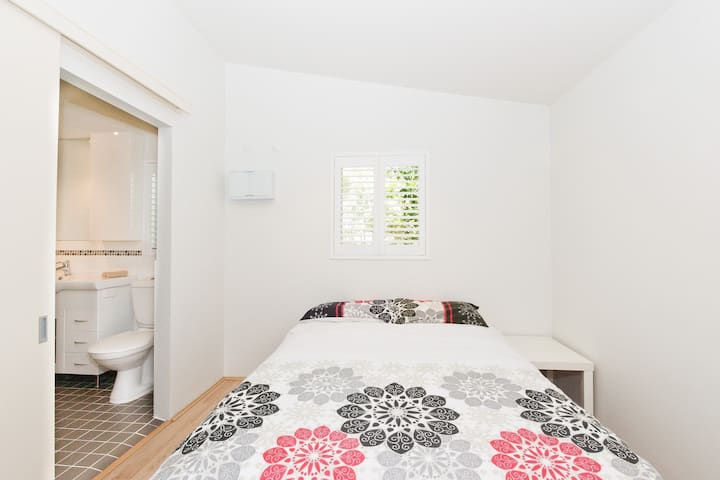 Perth Pearsall Flat 23km From City!