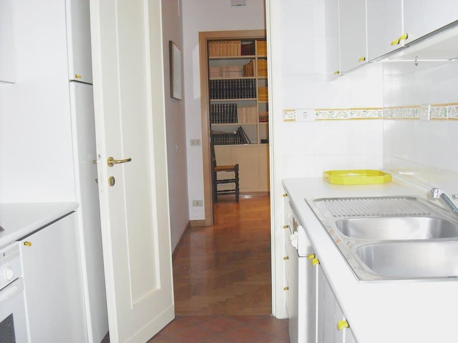 Cucina con ingresso sullo sfondo