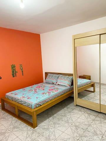 Chambre lit double avec rangement et climatisée