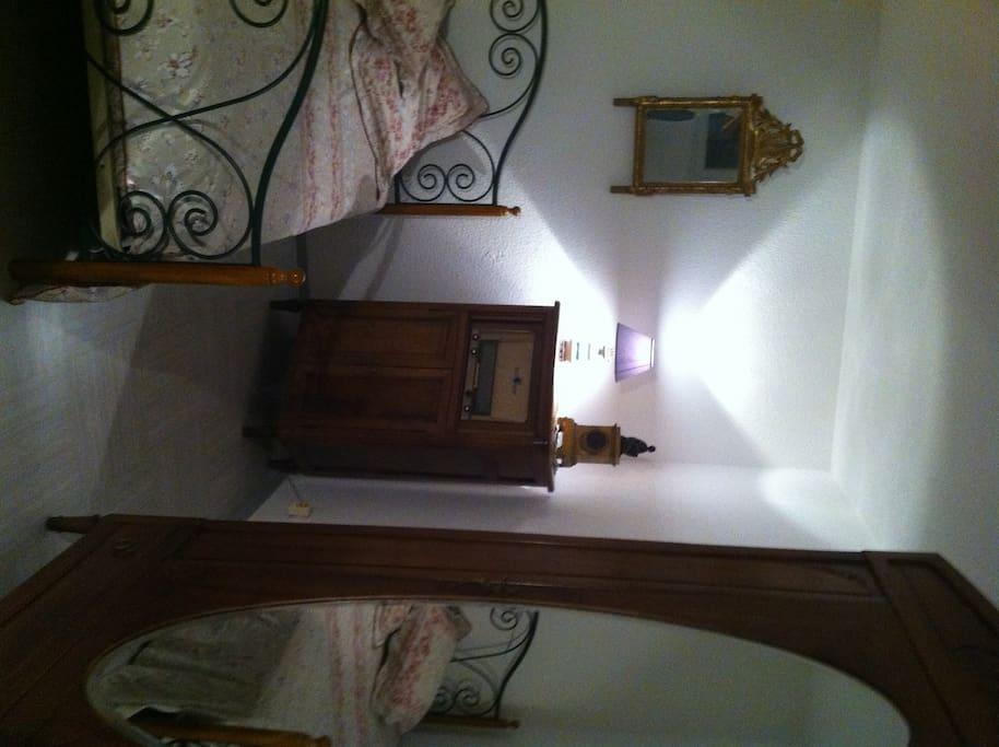 chambre meubl e montpellier centre languedoc roussillon. Black Bedroom Furniture Sets. Home Design Ideas