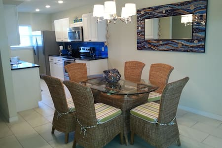 Newly Renovated Townhouse - Indian Shores - Appartement