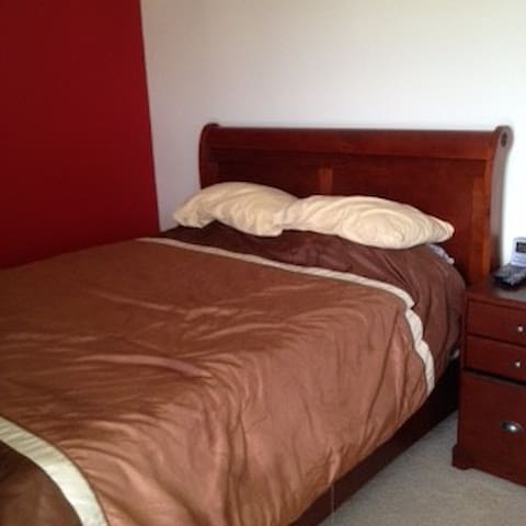 Queen size beds, free tv and wi-fi, - Riverdale - Haus
