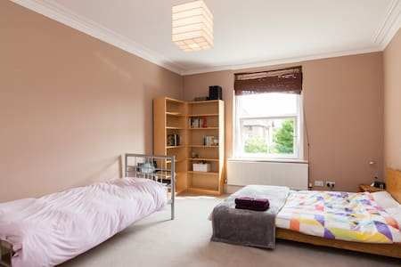 Bright triple room in seaside town - Penarth - Pousada