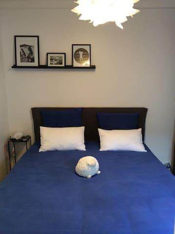 Chambre lit 160, literie neuve. Chambre donnant sur la terrasse . Bed 160 with direct accès outside.