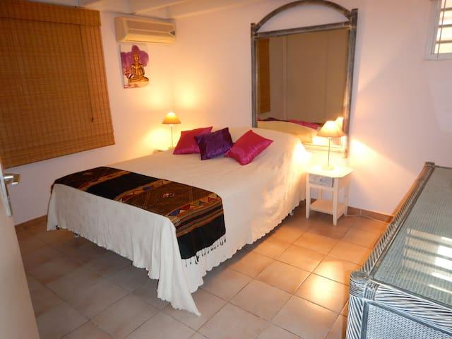 Large bedroom + priv.bathroom+ breakfast for 2 - Saint MARTIN - Bed & Breakfast