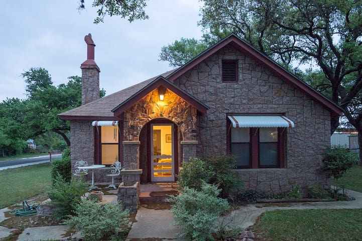 Historic Hill Country Cottage 2BDR