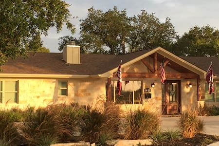 The Sam Houston Suite + Pool & Spa - College Station - Bed & Breakfast