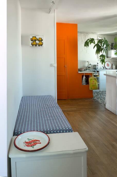 Salon... Deux banquettes peuvent servir de lit individuel.