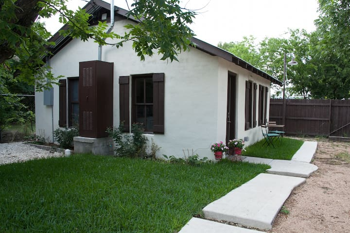Private Guesthouse close to Downtown San Antonio.