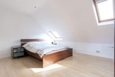 Lovely loft master bedroom&ensuite - Londýn