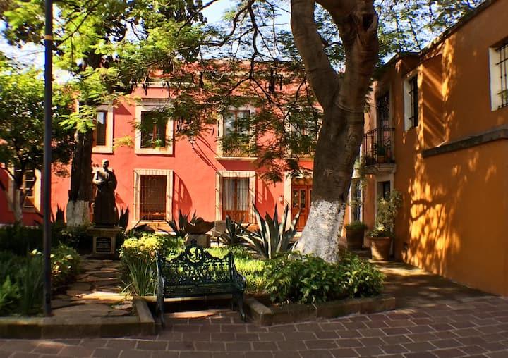 Casa VH en bella plazuela del siglo XVIII
