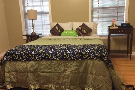 Big private room 1 Quen Bed - Tucker - Rumah