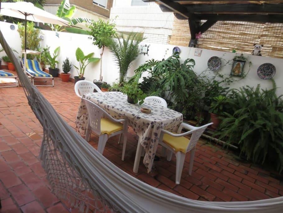 Inmenso patio donde se puede disfrutar de una buena cena y donde los niños pueden jugar libremente sin peligro alguno