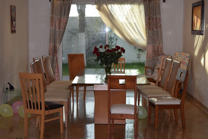 Spacious guest room with balcony - Puebla - Huis