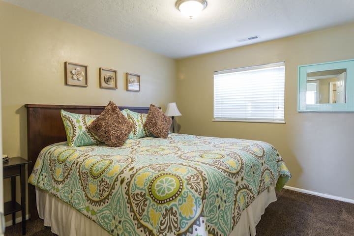 Charming Home Away From Home - South Jordan - House