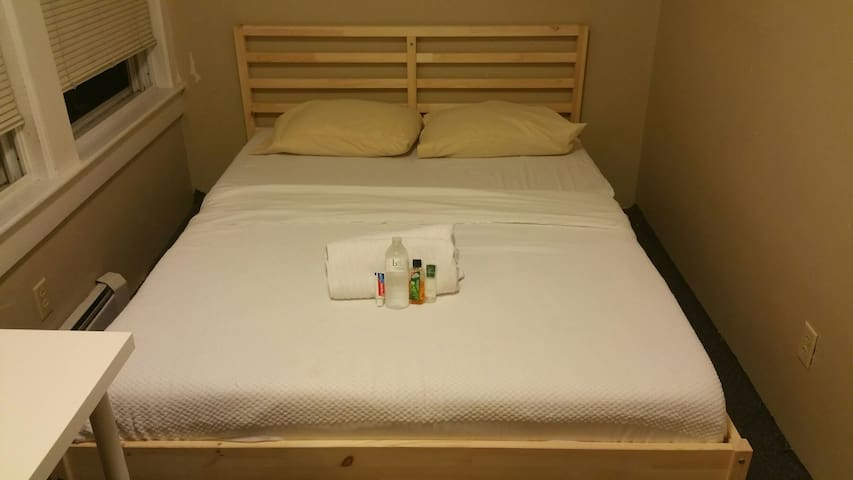 ROOM close to Boston Subway, commuter rail & ferry - Weymouth