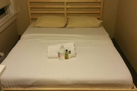 ROOM close to Boston Subway, commuter rail & ferry - Weymouth - 一軒家