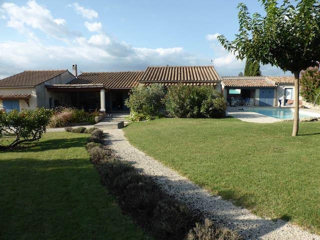 Villa de plain pied avec jardin et piscine
