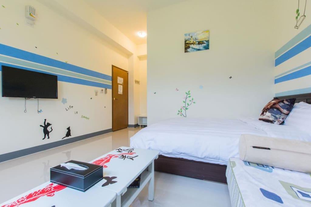 普普風雙人房 最多可睡4人 兩人2500元 加一人500元