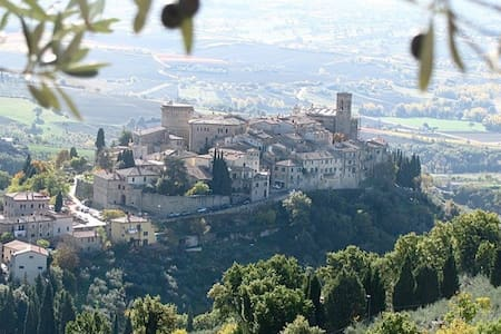 Romantic Hilltop Village in Italy - Gualdo Cattaneo - Bed & Breakfast
