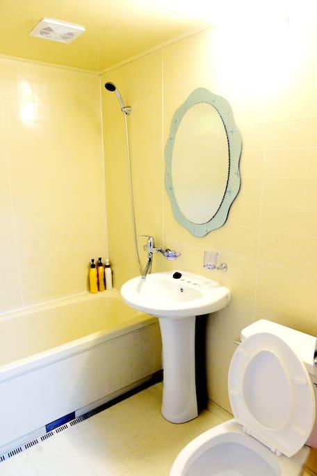 각 방마다 욕실 화장실이 구비되어 있습니다.